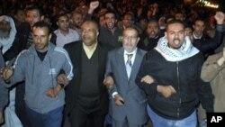 Dattijan Muslim Brotherhood ake gani daga tsakiya suka shiga jerin masu zanga-zanga a Alkahira.