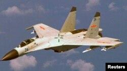 Pesawat tempur China, J-11, yang mencegat pesawat pengintai AS di atas Laut China Selatan hari Selasa 17/5 (foto: dok).