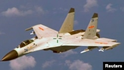 지난 2014년 8월 중국 하이난 섬 동부에서 중국의 J-11 전투기가 미 해군 P-8 포세이돈 대잠초계기에 근접 비행을 하고 있다.