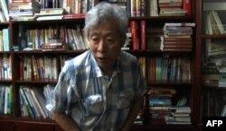 Foto de archivo tomada el 28 de agosto de 2013 a partir de secuencias de video de AFP muestra al ex profesor Sun Wenguang hablando en su casa en Jinan, en la provincia de Shandong, este de China. Sun, es un crítico vocal del gobierno de China.