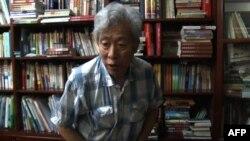 中國山東大學退休教授孫文廣在濟南家中接受訪談。 (2013年8月28日)