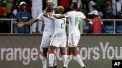 Aristide Bance, du Burkina, à gauche, jubile avec ses deux co-équipiers après un but lors de la Coupe d'Afrique des Nations à Libreville, Gabon, 1er février 2017.