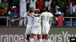 Aristide Bance du Burkina, à gauche, jubile avec deux de ses co-équipiers après un but lors de la Coupe d'Afrique des Nations à Libreville, Gabon, 1er février 2017.