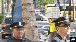 抗议者在中国APEC代表团下榻旅馆外,安全人员严阵以待