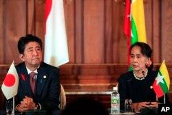 아베 신조 일본 총리와 아웅산 수치 미얀마 국가자문 겸 외무장관이 9일 일본 도쿄의 아카사카 영빈관에서 공동 기자회견을 열었다.