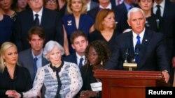 31일 미국 연방 의회에서 열린 존 매케인 의원 추도식에서 마이크 펜스 부통령이 유족들이 지켜보는 가운데 추도사를 하고 있다.