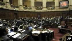 Diputados uruguayos observan un video educacional, durante una sesión en el Congreso, en Montevideo, en la que el martes aprobaron la ley que despenaliza el aborto.