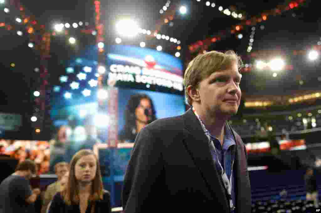 President Barack Obama's campaign manager Jim Messina tours the floor at the Democratic National Convention, September 3, 2012.