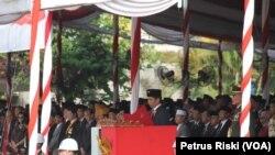 Presiden Joko Widodo selaku inspektur upacara peringatan Hari Pahlawan 10 November di Surabaya. (VOA/Petrus Riski)