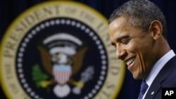"""奥巴马总统星期一在白宫谈及""""财政悬崖""""时面露微笑。他说, 财政悬崖可望避免"""