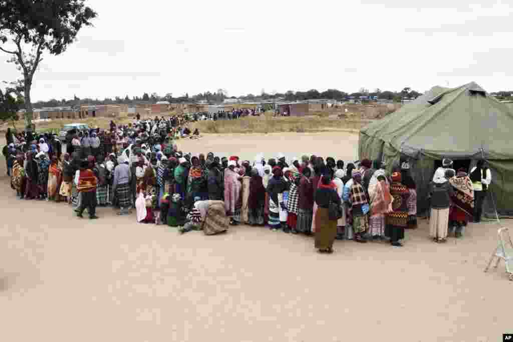 Zimbabveanci čekaju u redu da glasaju na predsjedničkim izborima.