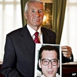 挪威诺贝尔委员会主席亚格兰手持刘晓波的画像