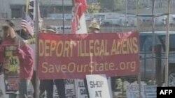 Демонстранты, выступающие за депортацию нелегальных иммигрантов
