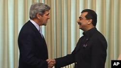 Senator John Kerry (l) and Pakistan's Prime Minister Yousuf Raza Gilani, in Islamabad, February 16, 2011