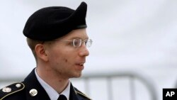 """Bradley Manning es considerado por varias organizaciones civiles como un héroe por revelar """"supuestas"""" violaciones del Ejército de EE.UU. a los derechos internacionales. Otros lo consideran un traidor."""
