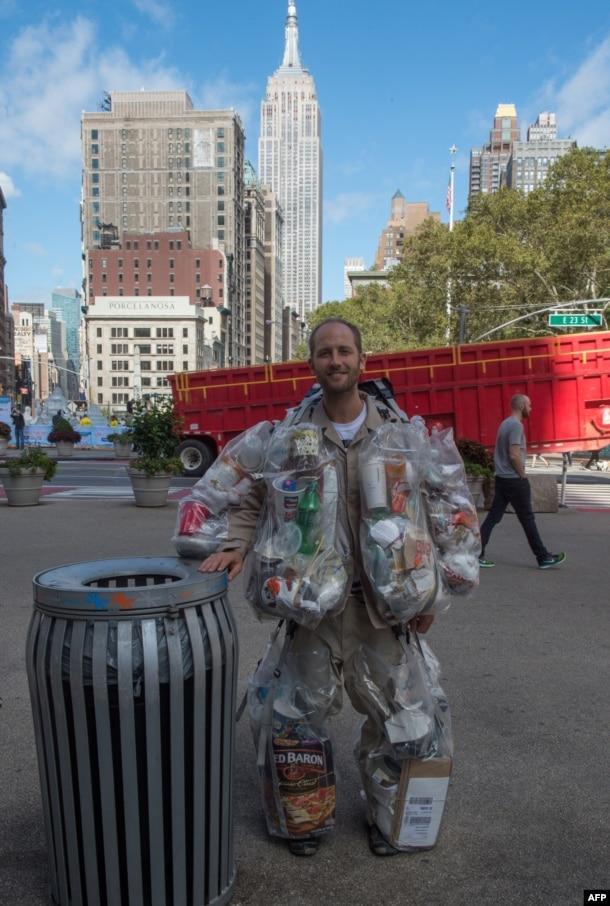 뉴욕에서 한달동안 지내면서 자신이 버리는 쓰레기들을 비닐 봉지에 담아 매달고 다니는 환경운동가 롭 그린필드. 지난 4일(현지시간) 촬영한 모습이다.