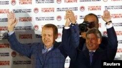 Thủ tướng Thổ Nhĩ Kỳ Recep Tayyip Erdogan mừng thắng lợi bầu cử với Tổng thống Kyrgyzstan trước trụ sở đảng ở Ankara, ngày 10 tháng 8, 2014.
