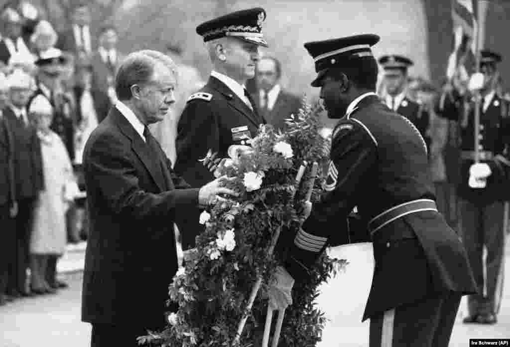 Джиммі Картер покладає квіти до Могили невідомому солдатові на Арлінгтонському цвинтарі у Вашингтоні 11 листопада 1978 р.