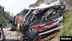 Les services de secours déployés au lieu de l'accident d'un bus à Latacunga, à 70 km de Quito, Equateur, 29 août 2010.