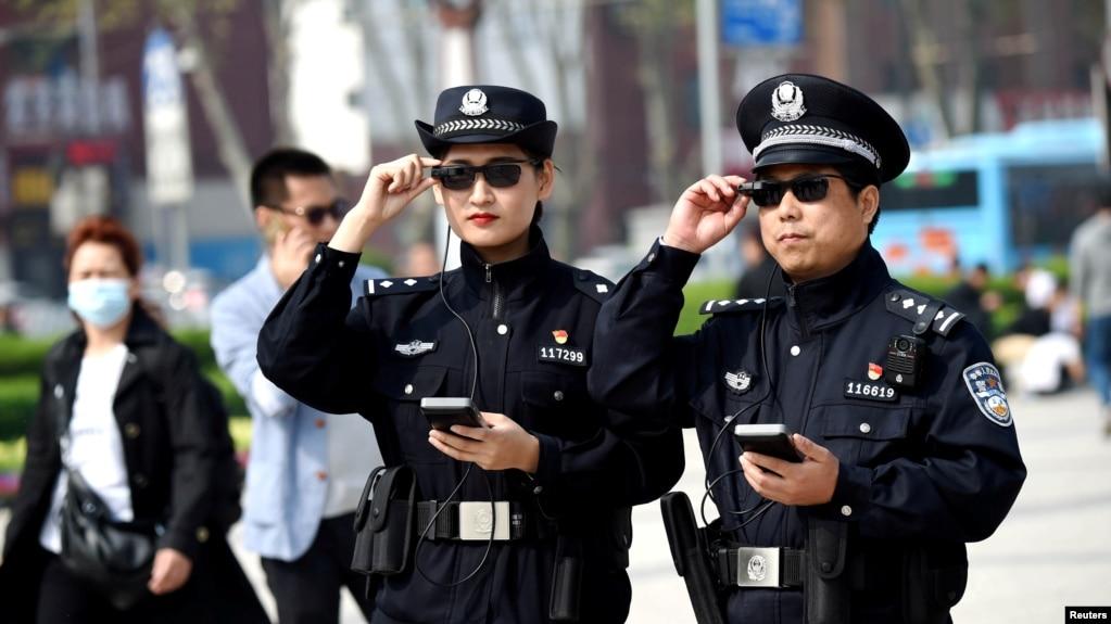 2018年4月3日,警察在河南省洛阳市展示他们的智能眼镜。