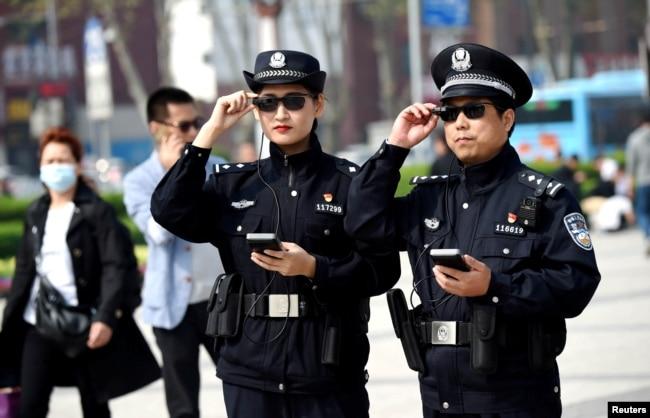 2018年4月3日,警察在中国河南省洛阳市展示他们的智能眼镜。