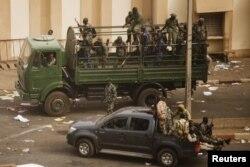 Soldats maliens devant les locaux de l'ORTM à Bamako (22 mars 2012)