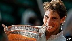 Tay vợt Rafael Nadal một lần nữa chứng tỏ anh là Vua sân đất nện của làng quần vợt thế giới.