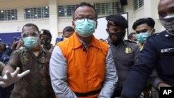Menteri Kelautan dan Perikanan Edhy Prabowo (tengah) dikawal petugas keamanan usai konferensi pers di Komisi Pemberantasan Korupsi (KPK) di Jakarta, Kamis, 26 November 2020. (Foto: AP)