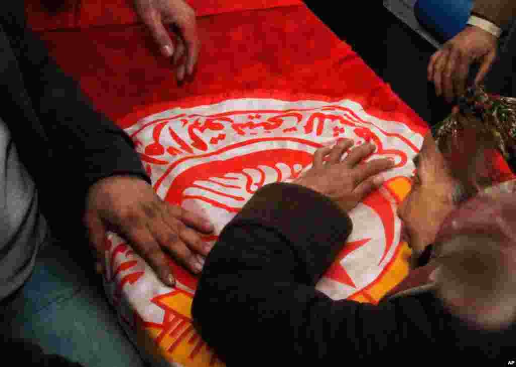 7일 튀니지 야권 지도자 초크리 벨라이드의 관 앞에서 슬퍼하는 여성.
