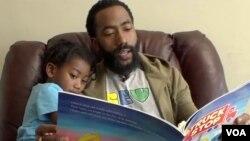 Joshua Clark le lee a su hijo un libro proporcionado por el DC Books from Birth Program que ofrece libros gratuitos para niños a los residentes de Washington, DC.