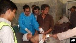 Seorang anak yang terluka dalam pemboman sedang dirawat di rumah sakit Khar, Pakistan, 16 September 2016. (AP Photo/Anwarullah Khan).