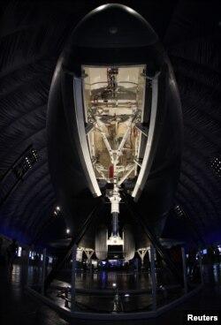 Pesawat ulang alik Enterprise mulai dipamerkan untuk publik di anjungan pesawat antariksa Museum Kelautan, Dirgantara, dan Antariksa Intrepid, New York (18/7).