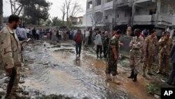 Служба безопасности обследует место взрыва. Ливия. Трипполи, 23 апреля 2013г.