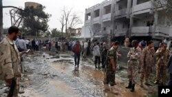Des agents de sécurité inspectent le site de l'attentat contre l'ambassade de France à Tripoli (23 avril 2013)