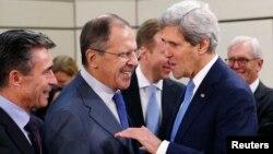 2013年12月4日美國國務卿克里在布魯塞爾與俄羅斯外長拉夫羅夫(中)以及北約秘書長拉斯穆森(左)交談。