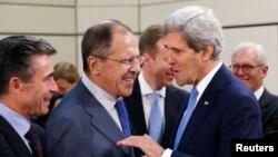 2013年12月4日美国国务卿克里在布鲁塞尔与俄罗斯外长拉夫罗夫(中)以及北约秘书长拉斯穆森(左)交谈。