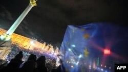 烏克蘭的反政府示威人士手持歐盟旗幟在基輔市中心抗議政府沒有與歐盟簽署協議。