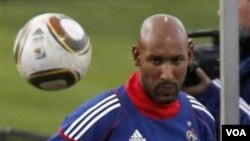 Nicolas Anelka dalam sesi latihan tim nasional Perancis di Afrika Selatan. Perancis tersingkir dari putaran pertama Piala Dunia 2010. (foto dok)