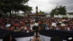 La caravana con unos 2.000 hondureños ya cruzó la frontera con Guatemala en su travesía para alcanzar EE.UU.