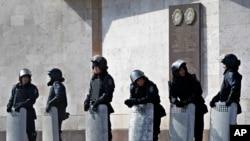 乌克兰镇暴警察3月7日守在顿涅茨克政府办公楼前
