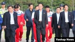 김영훈 체육상(가운데)을 비롯한 북한 선수단 임원들이 17일 인천 송도LNG경기장을 찾아 훈련중인 북한 남자축구 선수들을 격려한 뒤 경기장을 빠져나오고 있다.
