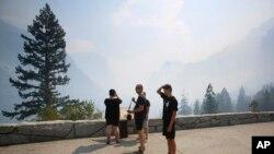 加州優勝美地公園在星期二重新開門,但仍可見院處山火濃煙。