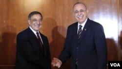 Menteri Pertahanan AS Leon Panetta disambut oleh Menhan Libya, Osama al-Juwali di Tripoli (17/12).