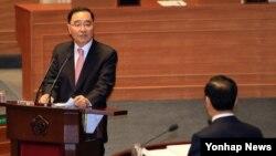 25일 한국 국회 본회의에서 열린 정치·외교·통일·안보 분야 대정부질문에서 여당 의원의 질문에 답하고 있는 정홍원 국무총리(왼쪽).