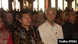 Wakil ketua KPK, Saut Situmorang duduk bersebelahan dengan Gubernur Jawa Tengah, Ganjar Pranowo (baju putih) (Foto: VOA/Yudha)
