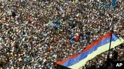 Manifestan venezuelyen ki pran lari nan Karakas.