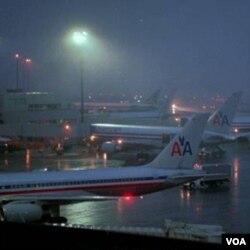 Salah satu pesawat milik maskapai penerbangan American Airlines (AA) tergelincir di bandara Wyoming, Rabu 29 Desember 2010.