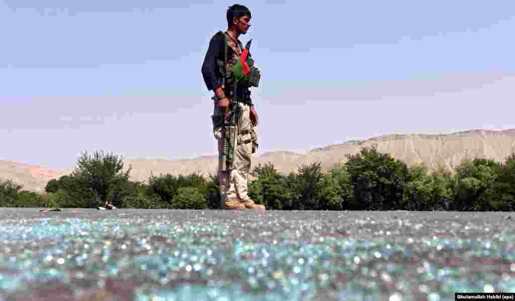 یک سرباز افغان در حال تامین امنیت یک جاده بعد از درگیری با افراد وابسته به گروه داعش در ولسوالی کوت ولایت ننگرهار.