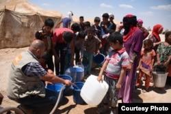 Norwegian Refugee Council staff provide drinking water for Iraqis from Fallujah at Amariyat al-Fallujah displacement camp. Photo: Karl Schembri/NRC