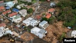 Bangunan-bangunan yang ambruk akibat longsor yang disebabkan Topan Wipha di pulau Izu Oshima, selatan Tokyo (16/10). (Reuters/Kyodo)
